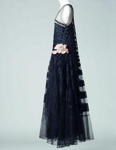 Expo : Jeanne Lanvin au Palais Galliera « Marguerite de la nuit », robe, été 1929 Tulle de soie, fleur en satin de soie surpiqué, broderies de paillettes Collection Palais Galliera © Katerina Jebb, 2014