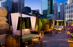Rooftop Lounge in New York City at the Roosevelt Hotel lounges Rooftop Bars Nyc, Rooftop Party, Rooftop Lounge, Rooftop Restaurant, Rooftop Terrace, Terrace Hotel, Rooftop Decor, Loft Hotel, Rooftop Dining