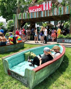 Old boats turned into comfy places to rest. Outdoor Cafe, Outdoor Restaurant, Outdoor Play, Restaurant En Plein Air, Café Exterior, Café Design, Deco Cafe, Boat Furniture, Experiential Marketing