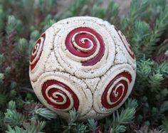 """Schneckenkugel """"Chili"""" Gartenkeramik Rosenlugel von Britt-Keramik - Gartenkeramik & mehr auf DaWanda.com"""