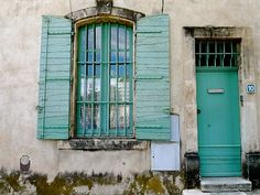 I mostly think of Provencal shutters, window treatments and doors as being a blue grey colour - sometimes lighter, sometimes darker but somewhere in that vicinity. Yesterday I had a turquoise moment as I wandered through Arles