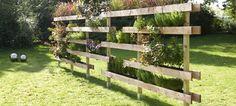 Luftig. Bunt. Elegant. Die attraktive Pflanzwand aus Holz erfüllt die unterschiedlichsten Wünsche. Grün und imposant setzt sie Akzente, schafft Räume oder schützt vor allzu großer Neugier des Nachbarn. Ganz wie ihr möchtet.