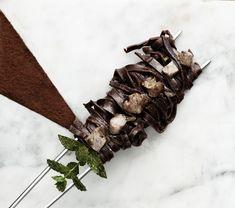 Setacciate la farina e il cacao due volte. Rompete le uova in una tazza e con una forchetta sbattendole. Impastate la farina con le uova e, appena la massa sarà compatta non attaccandosi le mani, lavorate energicamente sul piano di legno per 10 minuti.