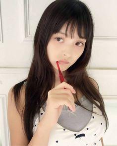 人気声優の上坂すみれが、10月18日発売の『ミラクルジャンプ』(集英社)11月号の表紙と巻頭グラビアを飾り、初の青年漫画誌のグラビアデビューを果たした。
