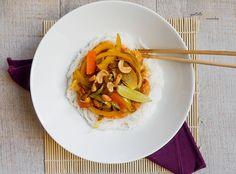 En ce moment on fait souvent des pad thaï quand on sait pas quoi manger. C'est rapide et tu peux mettre un peu tout ce que tu trouves dans ton frigo dedans ;) ! Tu peux même mettre du lait de coco.