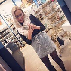 Aujourd'hui notre coup de coeur #lookdujour vient de @rosemarielebrun avec son p'tit #ootd inspirant!  Tu veux toi aussi te retrouver en vedette sur l'accueil du site? Utilise le tag @lookdujour_ca avec le #lookdujour  #lookdujour #ldj #ootd #skirt #denim #infinite #scarf #spring #fashion #cute #modemtl #style #pretty #outfitideas #cestbeau #inspiration #onaime #regram  @rosemarielebrun
