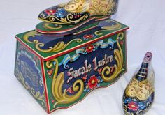 Buenos Aires news article in English. The Buenos Aires Eye provides daily updated news on current affairs, headlines and other features for English-speaking people living in, and visiting Buenos Aires. Shoe Shine Box, Found Object Art, Shoe Last, Arte Popular, Vintage Tins, Painted Shoes, Tole Painting, Folk Art, Diy And Crafts