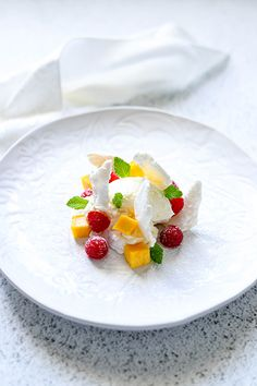 Meringue, Mango ans Raspberries This dessert looks impressive and really easy to prepare. Crispy meringue, whipped ream and delicious fresh mango and raspberries come together in perfect harmony. Dinner Party Desserts, Dessert Party, Summer Desserts, Easy Desserts, Delicious Desserts, Dessert Recipes, Yummy Food, Gourmet Desserts, Summer Fruit