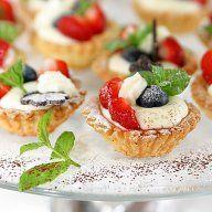 Babeczki owocowe, z truskawkami. Tarta z truskawkami. Mini tarty z ciasta kruchego jak na tartę. Pyszne kruche babeczki, dobry deser na przyjęcie.