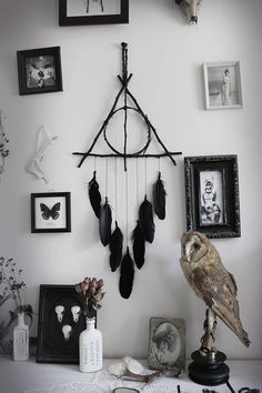 willow twigs triangle dreamcatcher & black lace and feathers Harry Potter pagan witchcraft wall-hanging . Pagan Decor, Witch Decor, Gothic Home Decor, Diy Home Decor, Décoration Harry Potter, Witch Room, Goth Home, Creation Deco, Deathly Hallows
