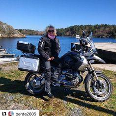 Tur på to hjul. #reiseliv #reisetips #reiseblogger #reiseråd  #Repost @bente2605 with @repostapp  30.4.17 En hilsen med meg på fra en herlig dag på motorsykkelen! Det ble også flere fine stopp langs sørlandskysten Med @kyst70  #mctur #livetergodtute #photooftheday #bmw1200gs#blåhimmel #motorbike #bns_ladies#homborsund