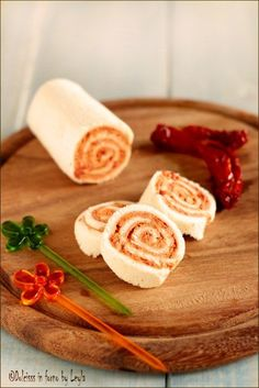 Antipasti di rotolini con pomodori secchi e robiola, con il pane per tramezzini