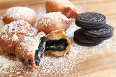 Fried Oreos are quite possibly one of the best and most sinful desserts ever. The recipe requires you to take one of the world& most beloved cookies, The Oreo, and straight up dip it in batter and fry it to heavenly goodness. Fried Oreos Recipe, Deep Fried Oreos, Köstliche Desserts, Delicious Desserts, Dessert Recipes, Yummy Food, Oreo Treats, Yummy Treats, Sweet Treats