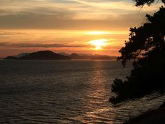 The San Juan Islands is an archipelago located between the Washington mainland and Vancouver Island, British Columbia, Canada.