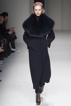Salvatore Ferragamo Fall 2017 Ready-to-Wear Collection Photos - Vogue (Fur Collar Coat) Fashion 2017, Love Fashion, Unique Fashion, Runway Fashion, Fashion Trends, Salvatore Ferragamo, Shopper, Fashion Show Collection, A Boutique