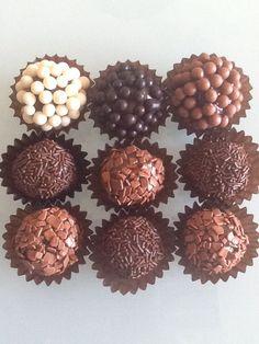 Lascas de chocolate branco, negro ou leite e pepitas crocantes de chocolate