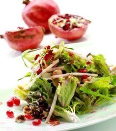 Salad with pomegranate, hazelnut and crispy prosciutto Greek Recipes, New Recipes, Greek Cooking, Salad Bar, Mediterranean Recipes, Prosciutto, Healthy Tips, Pomegranate, Delish