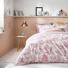 Une chambre rose et blanche avec une housse de couette imprimé toile de jouy Cyrillus/ bedroom/ bed/ tendance