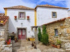 Portugal Country, Portuguese Culture, Rural House, Lisbon Portugal, Spanish Style, Old Houses, Outdoor Living, Beautiful Places, House Styles