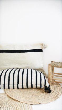 Cojín de suelo de lana gigante pompones negro por lacasadecoto
