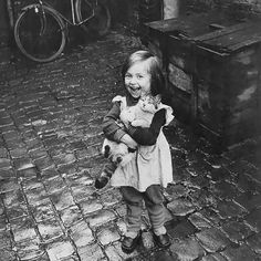 Le bonheur tout simplement. / Girl and her cat. / France. / By photo_history, 1959.