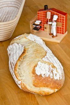 Nachdem Farine einen Camembert in ein fertiges Brot gesteckt und nochmal aufgebacken hatte, kam in mir die Frage auf, ob man nicht gleich den ganzen Camembert samt Brot backen könnte. Immerhin hatte ich auch schon Camembert-Stückchen erfolgreich verbacken. Gedacht, getan. Der Versuch ist mehr als gelungen. Dieses Brot hätten meine Testesser und ich verschlingen können (wir Weiterlesen...