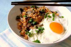 Smażony ryż z kimchi to proste danie z zastosowaniem kimchi i  tofu ze smażonym kimchi. Wystarczy kimchi i ugotowany poprzedniego dnia ryż