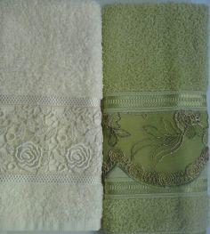 Toalha lavabo com renda e bordado.
