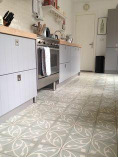 Vloer hal Oval Azule cement tiles (Encaustic tiles) from Designtegels. Kitchen Tiles, Kitchen Flooring, Harrison House, Doors And Floors, Traditional Tile, Feature Tiles, Encaustic Tile, Recycled Furniture, Color Tile