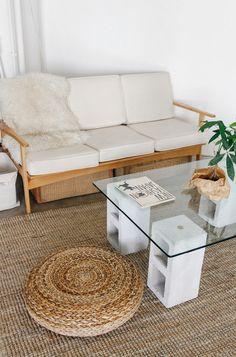 Faça uma mesa de café simples com blocos de concreto e um tampo de vidro.