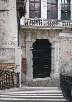 Il portone d'ingresso della chiesa Valdese di Venezia a Palazzo Cavagnis