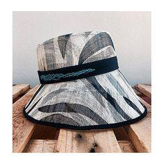 Sombrero realizado en sinamay con cinta y bies de algodon y detalle en  tejido natural de penca. Lo podrás encontrar en www.aderezatucabeza.com.  Lidia Falcón 88215e0ff52