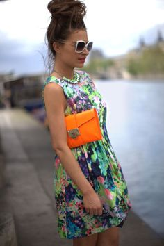 Floral dress with hot orange clutch. And I love the hair piled high on her head. Womens Fashion For Work, Fashion Outfits, Fashion Trends, Fashion Clothes, Street Style Women, Passion For Fashion, Spring Fashion, Daily Fashion, Cute Outfits