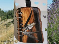 bijou fantaisie en bois de cytise, métal, cuir et plume, art singulier : Pendentif par amabati