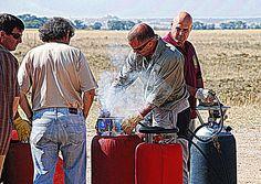 ¿Qué combustible utiliza un globo aerostático de aire caliente?  Los quemadores de un globo aerostático están alimentados generalmente por propano. Se utiliza este gas por sus propiedades que le permiten mantener suficiente presión con poca temperatura ambiente. En climas fríos o en los meses de invierno se mezcla el propano con nitrógeno, gas que no es inflamable ni combustible pero que permite aumentar la presión de las botellas.  Más información en http://www.siempreenlasnubes.com/