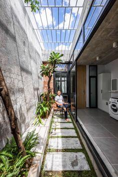 Gallery of 3 Green Spaces House / A-Boom Design Office - 28 Minimal House Design, Minimal Home, Small House Design, Home Room Design, Green House Design, Indoor Courtyard, Courtyard House, Courtyard Design, Backyard Garden Design