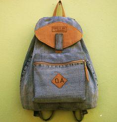 Mochila feita em jeans reciclado,com 1 bolso na frente com zíper,detalhes em lona,ferragens prateadas. <br>***Cabe notebooks,cadernos,livros,etc...