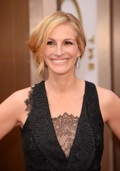 Inspired by Julia Roberts' custom couture black lace Givenchy gown, celebrity makeup artist Genevieve Herr gave the Lancôme Ambassadress a glamorous, smoky eye for the 2014 Oscars #redcarpet. Keeping the focus on classic, contoured, smoldering eyes, Herr left the rest of the face clean with an elegant, nude lip.