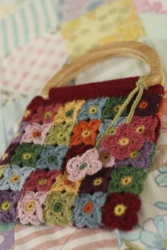 A handy bag for travelling light, this cleverly constructed crochet bag is bursting at the seams with beautiful blossoms of colour. Diy Crochet And Knitting, Love Crochet, Crochet Motif, Crochet Patterns, Crochet Handbags, Crochet Purses, Crochet Bags, Crochet Decoration, Crochet Blocks