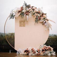 Ein Traubogen der etwas anderen Art 😍.Wie sollte euer Traubogen aussehen und ist es ein absolutes MUSS auf einer Hochzeit?.Doppelklick 💖 wenn's dir gefällt! .————————————————👉folge @marinaevent_bergkamen👉folge @marinaevent_bergkamen👉folge @marinaevent_bergkamenfür mehr Content, Inspiration und Ideen! 💡 Chinese Wedding Decor, Oriental Wedding, Desi Wedding Decor, Wedding Stage, Engagement Decorations, Gold Wedding Decorations, Backdrop Decorations, Ceremony Decorations, Backdrops