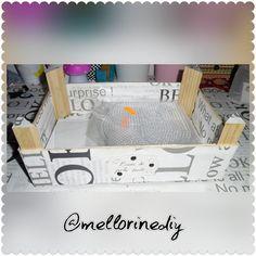 Empezamos el Dominguito y ahí va la segunda cajita de madera. Esta vez no la pinté. Usé el hule que me sobró de forrar el escritorio y el salva escritorio. Ésta la usaré para poner las diferentes bases de perlers o hamas beads.  #caja #box #madera #wooden #bases #hama #perler #bead  #papelería #stationery #manualidades #crafts #materiales #stuff #hechoamano #handmade #hechoencasa #homemade #hazlotumismo #doityourself #DIY #bonito #cute #cutestationery #kawaii