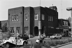 Amsterdam-Rotterdambank hoek Hertenstraat Stationstraat Hilversum in de jaren 60 met daarnaast muziekhandel de Roos.