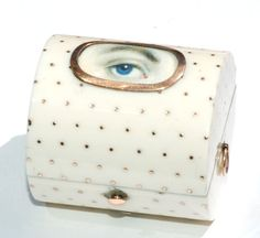 Georgian eye miniature ring case in ivory, circa decorated with gold pique-point work and set with an ivory on watercolour eye miniature of an eye with blue iris. No doubt a special commission, the case has a fitted interior with velvet lining for rings. Antique Jewelry, Vintage Jewelry, Eye Jewelry, Jewelry Box, Jewellery, Watercolor Eyes, Lovers Eyes, Miniature Portraits, Mourning Jewelry