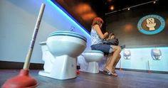 Conheça o The Magic Restroom Café, onde os clientes se sentam e comem em vasos sanitários.   Alguns podem se perguntar quem iria querer com...