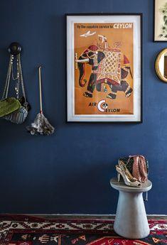 """Muusikko Anna Hanski leikittelee rakentamalla kotiinsa väliaikaisia asetelmia. Eteisen jakkaralla asetelma """"New York – drinkkibaarista kotiin.""""  Foto: Riitta Sourander Zara Home, Malaga, Piano, Entrance, Anna, Gallery Wall, New York, Frame, Home Decor"""