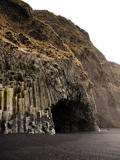 """La costa negra de Vik (Islandia): A dos horas de Reykjavik, nos toparemos en la zona de Vik con una costa que tiene poco de usual, aunque con la lógica de una isla de gran actividad volcánica. Las playas que miran al Atlántico tienen un aire a """"fin del mundo"""", una frontera entre rocas volcánicas, cenizas y columnas de basalto negro modeladas por el mar. Para completar la atmósfera """"irreal"""", la niebla y la humedad más elevada de Islandia acentúan ese aire misterioso:"""