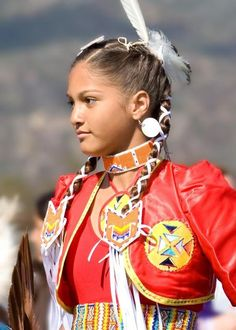 Jingle dress dancer with red jacket. Love her whole look! American Indian Girl, Native American Girls, Native American Pictures, Native American Regalia, Native American Beauty, Native American History, American Indians, American Symbols, Arte Plumaria