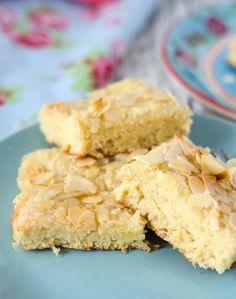 Butterkuchen nach original norddeutschem Familienrezept. Leicht vorzubereiten, schnell gebacken. Saftiger und lockerer Blechkuchen.