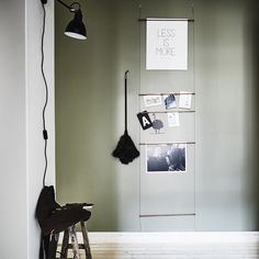 Grön är den nya grå!Vi är alldeles sålda på denna vackra färg från Jotun. Green Harmony heter den och sätter verkligen tonen i hemmet. Tillsammans med växter och textilier i jordiga toner blir intrycket mjukt och rogivande. Med svärta och svarta detaljer…