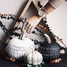 Decorating with natural touches and items brings a peaceful feel to your home. Here are gorgeous ideas for natural yet spooky Halloween decor. Table Halloween, Holidays Halloween, Costume Halloween, Halloween Pumpkins, Halloween Crafts, Happy Halloween, Rustic Halloween Decorations, Samhain Decorations, Fall Decorations